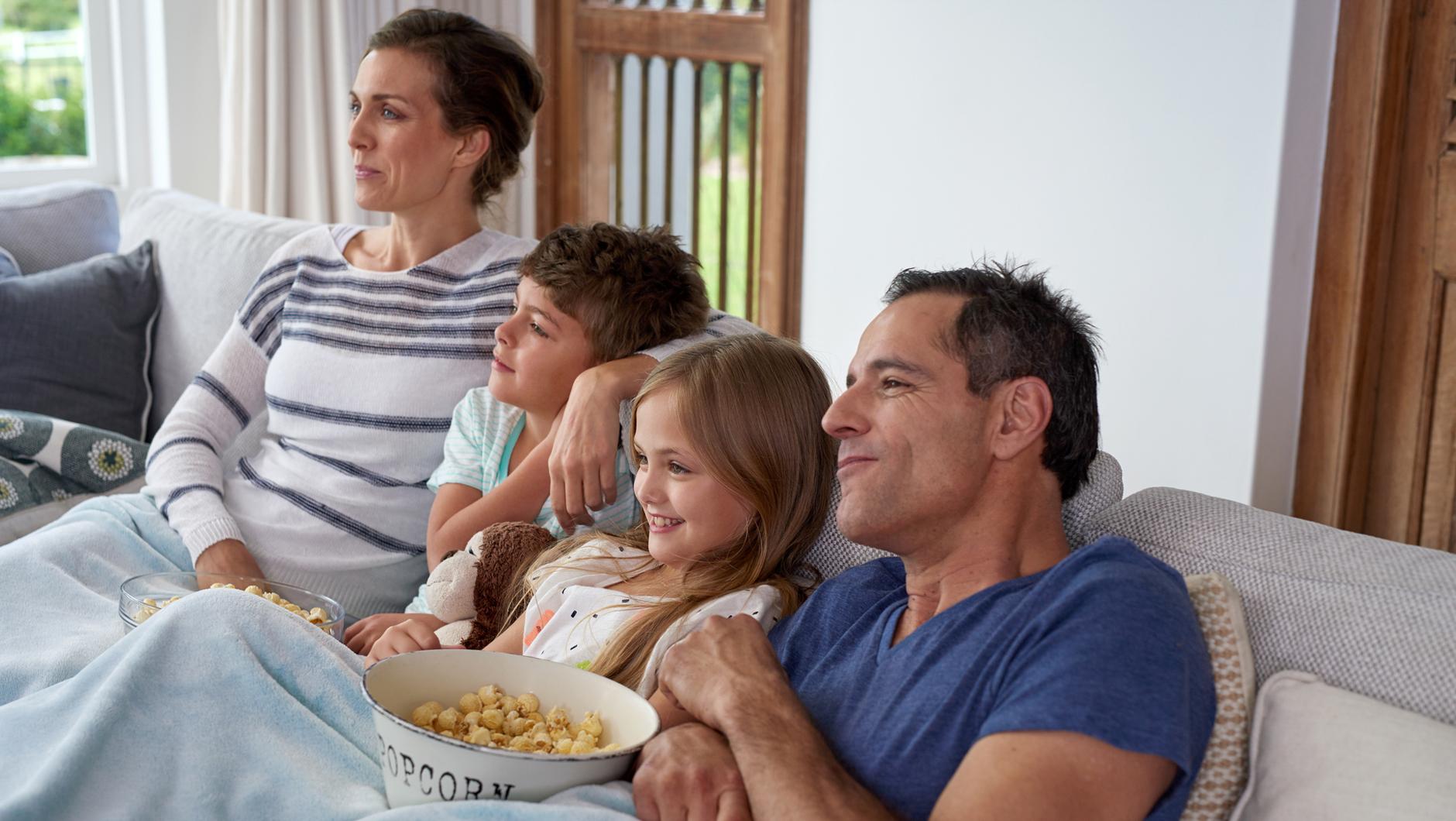 картинки семья отдыхает дома светильник
