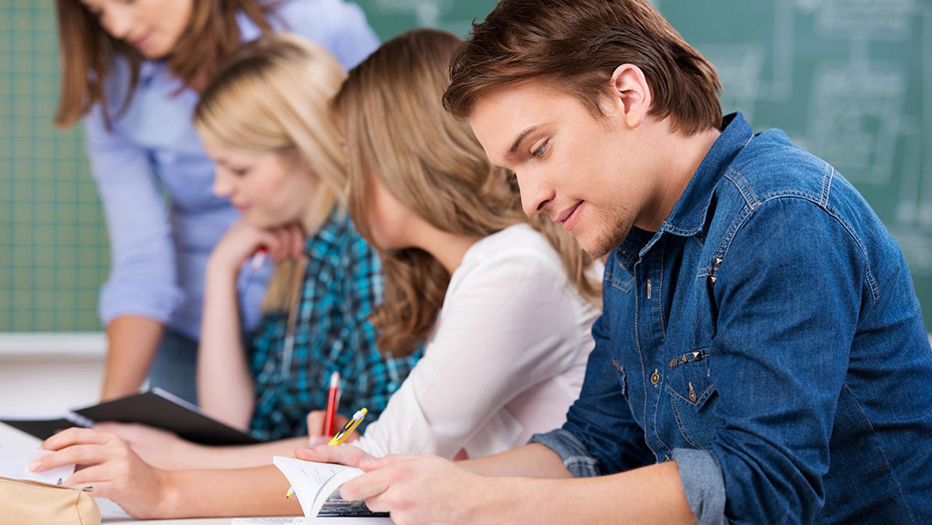 С учителем на столе 7 фотография