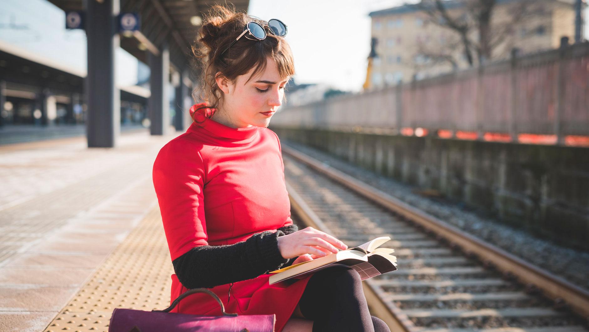 Почитать книгу, к примеру. Не забывая о безопасности, конечно