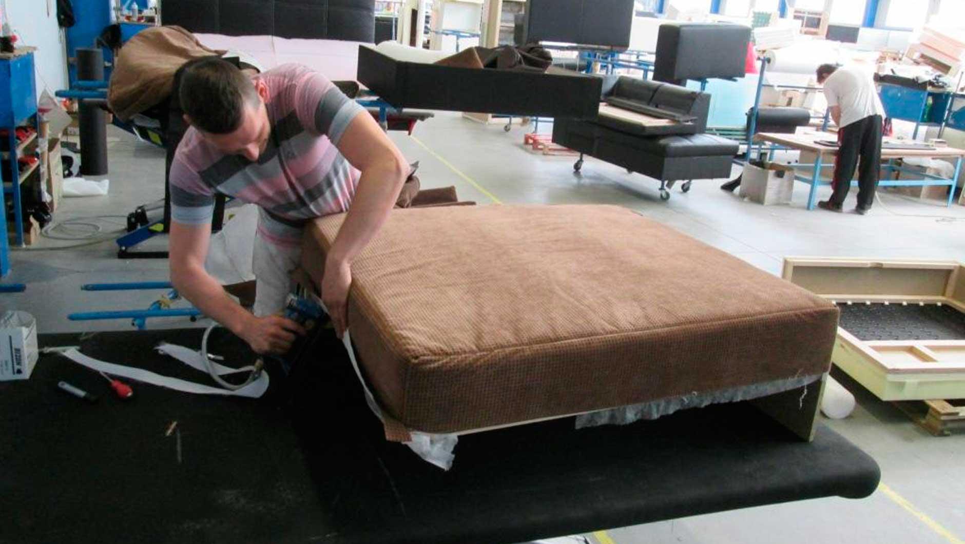 В польшу на мебельный завод нужны обивщики мебели 1 000 $ ? .