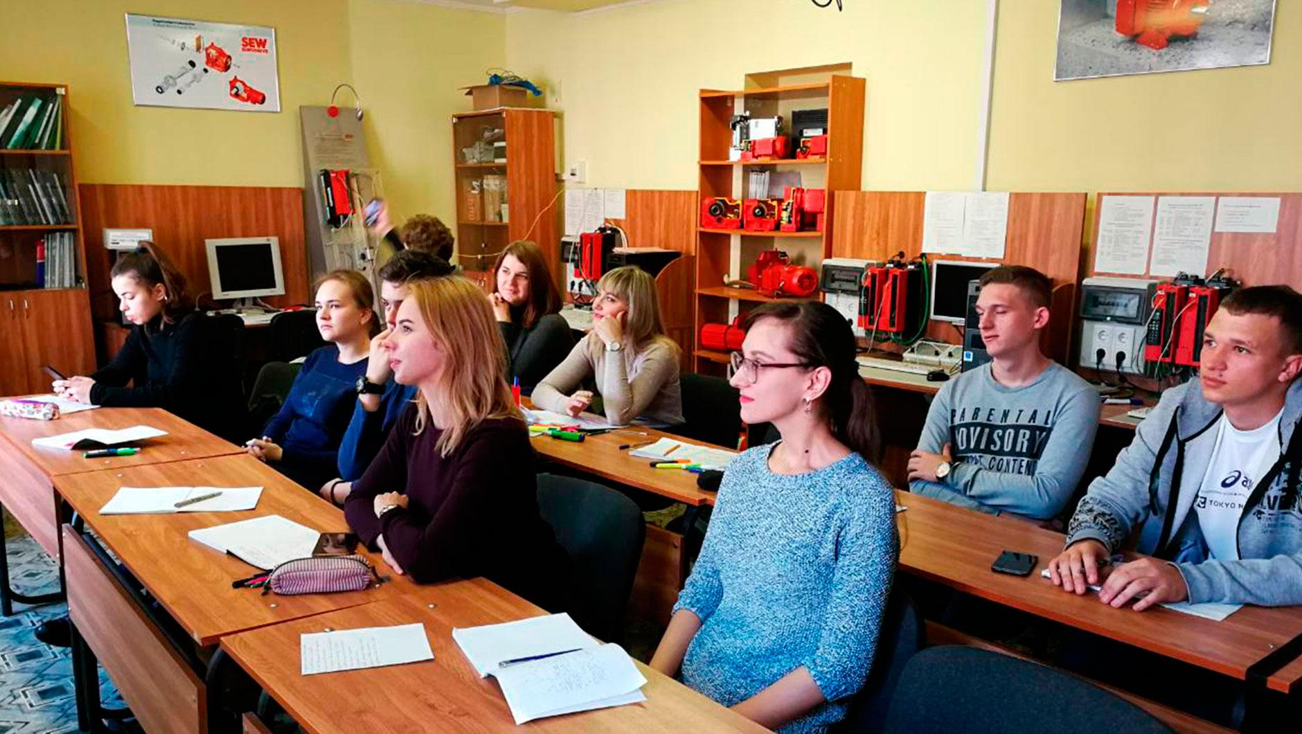На белорусские программы документы можно подать с 25 июля по 31 июля (бюджет) и с 25 июля по 15 августа (платное). Кстати, иногородние студенты дневной формы получают общежитие на весь период обучения