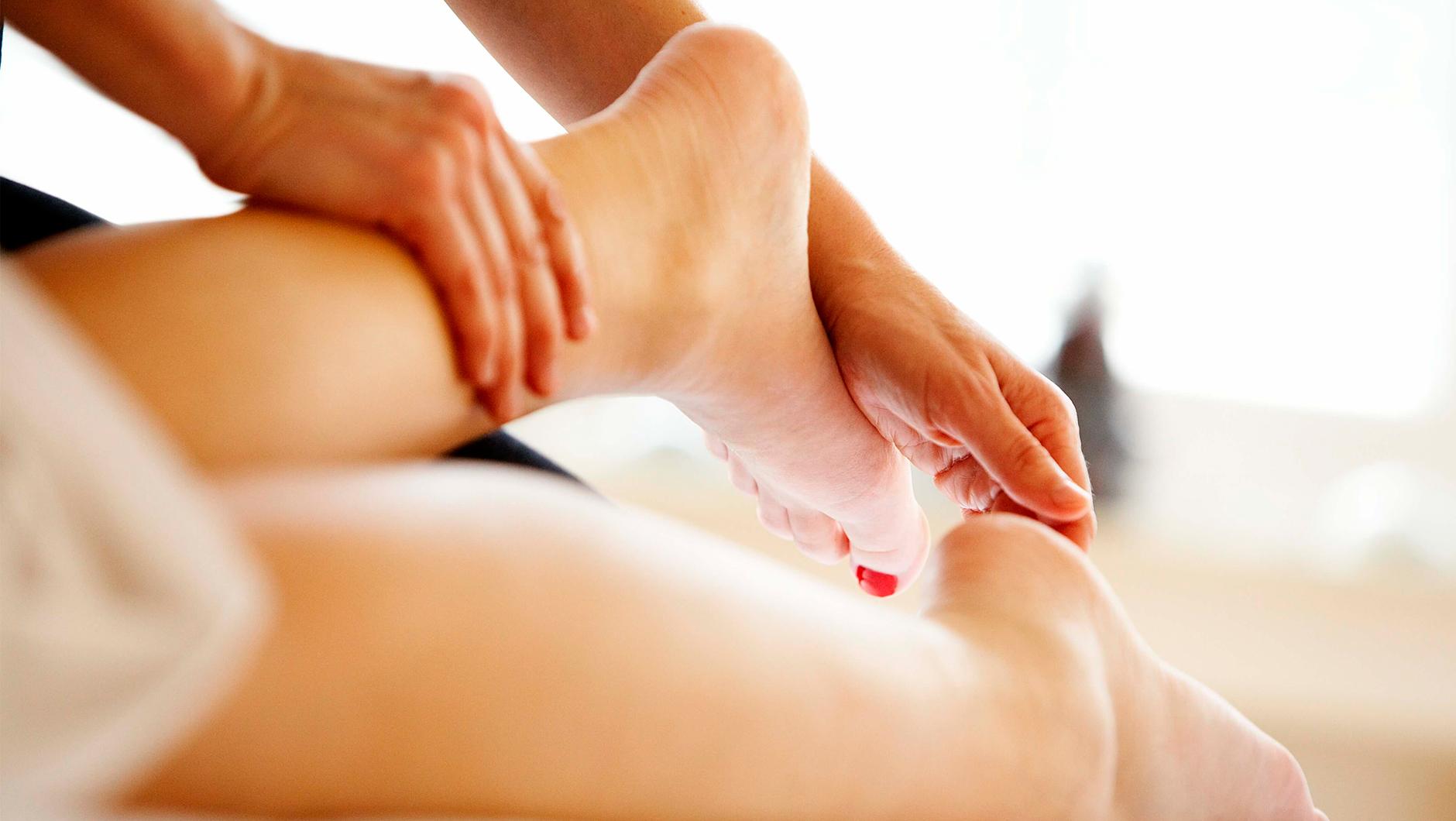 медицина массаж лижут ножки-уи1
