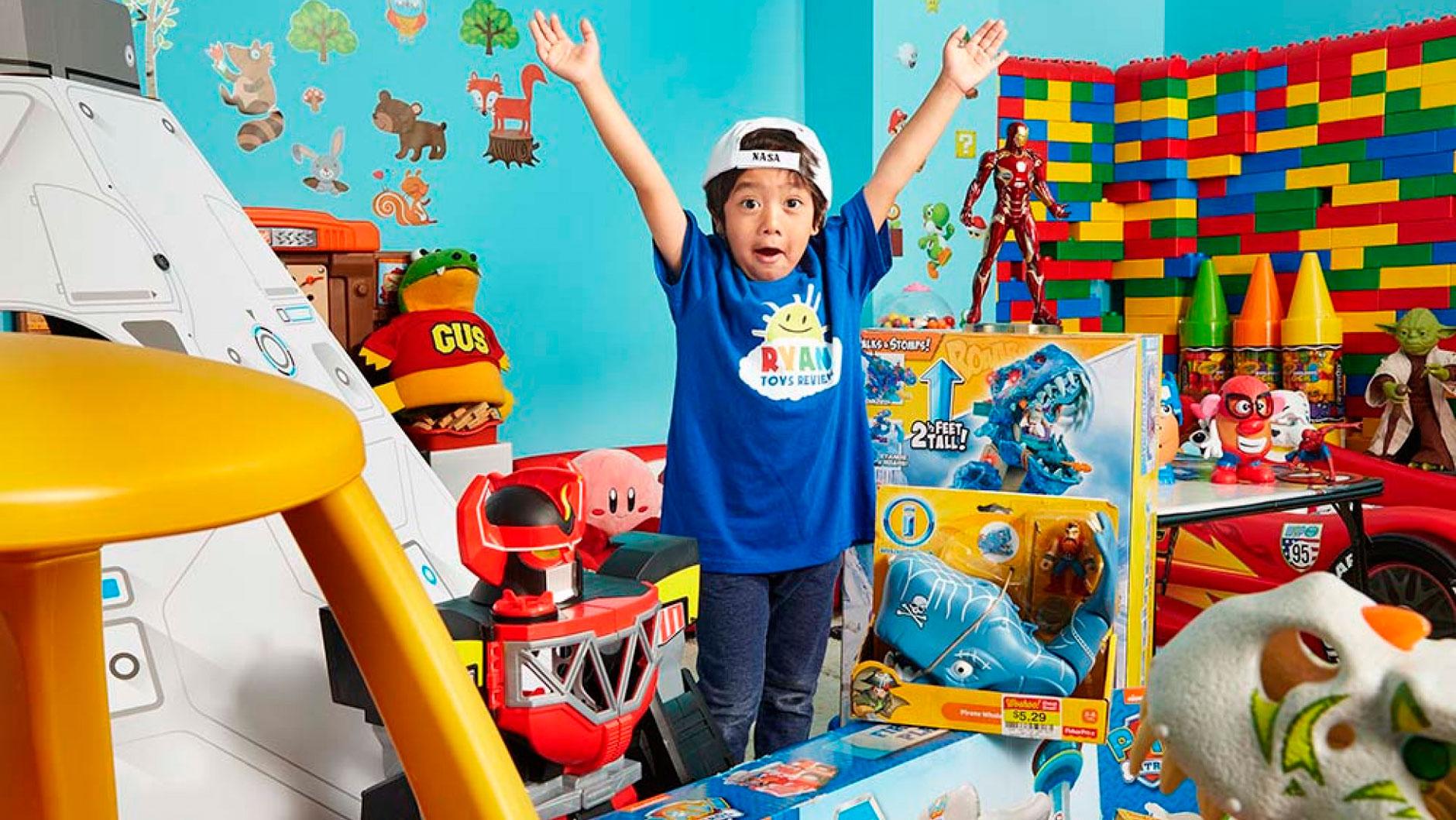 Forbes опубликовал рейтинг самых высокооплачиваемых YouTube-блогеров 2018 года. Лидером стал канал семилетнего мальчика Райана, который регулярно смотрят около 17 млн подписчиков. Родители снимают видеообзоры, где Райан распаковывает игрушки и играет с ними. В обычных и онлайн-магазинах появилась даже серия игрушек и одежды