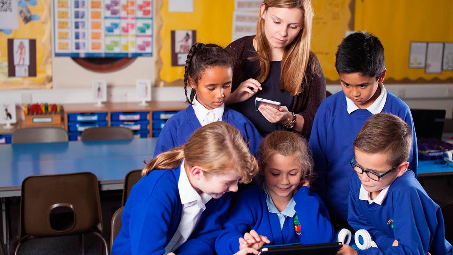 Учебный год в английских школах делится на триместры. Каждый из них длится 12 недель. В середине семестра могут быть короткие каникулы (на 5-7 дней). К тому же великобританцы практикуют exeat weekends, когда ребенок по желанию может взять дополнительные выходные