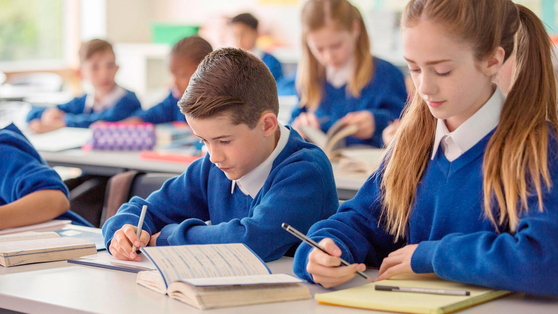 Система оценок в британских школах буквенная: от A* (превосходно) до U (чрезвычайно неудовлетворительно). В частных учебных заведениях практикуют и вторую оценку – за усердие, от 1 (активная работа и интерес к предмету) до 5 (ученик совсем не старается). Такая система очень удобна для учеников и родителей. Она как бы восстанавливает справедливость в том случае, когда один предмет не дается, несмотря на большие старания, а низкие отметки окончательно демотивируют