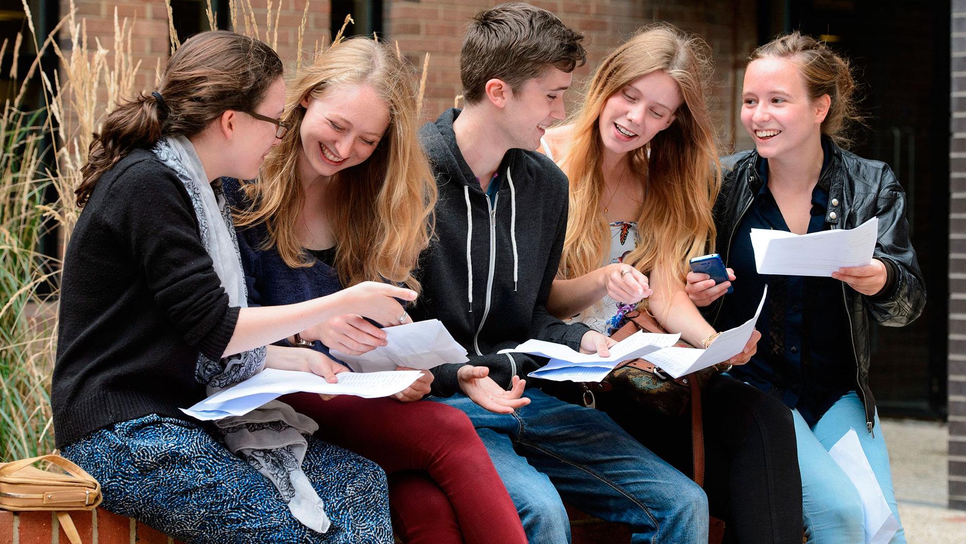 Учебный год состоит из 3 триместров, в конце которых оценивается успеваемость студентов. Для этого студенты пишут промежуточные работы (эссе, курсовые, проекты) или сдают экзамены. Система подсчёта среднего балла зависит от вуза и может быть либо выражена в баллах либо процентах