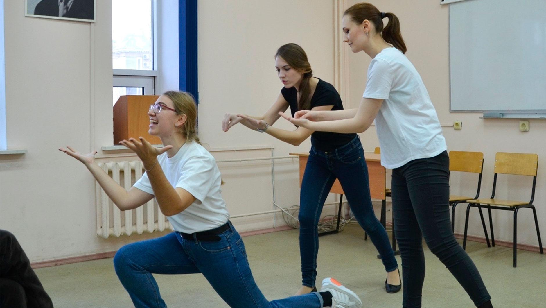 В Беларуси три вуза готовят актёров: БГАИ (драматический и музыкальный театр), БГАМ (музыкальный театр) и БГУКИ (преподаватели актёрского искусства и режиссёры)